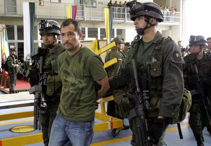 Imagen de archivo del narcotraficante colombiano Miguel Ángel Mejía Múnera es custodiado por miembros de la policía de Tolima, Colombia. (EFE/Archivo)