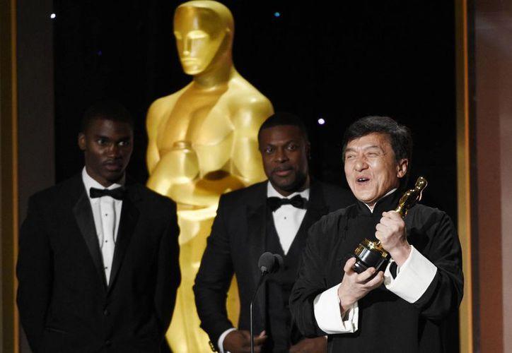 Jackie Chan fue reconocido por la Academia de Hollywood con una estatuilla honorífica en la ceremonia conocida como 'Premios de los Gobernadores'.(Chris Pizzello/AP)