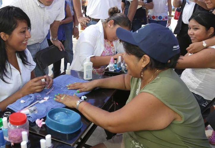 En el parque principal de Oncán se llevó al cabo la Jornada de la Salud. (Cortesía)