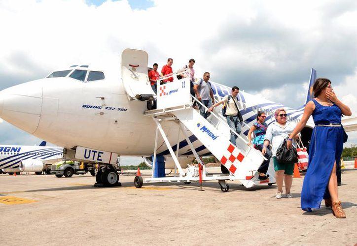 Los 600 agentes de viajes de Magnicharters arribaron ayer al Aeropuerto Internacional de Cancún. (Victoria González/SIPSE)