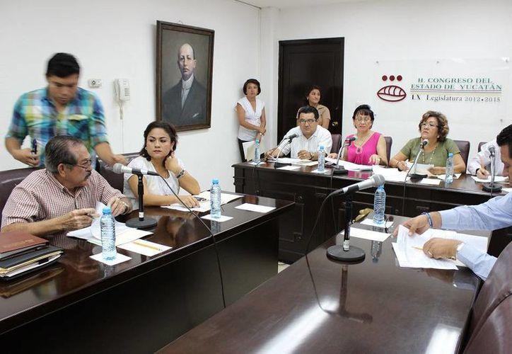 Diputados yucatecos durante el análisis a los cambios que se proponen a la Ley de Educación del Estado. (Cortesía)