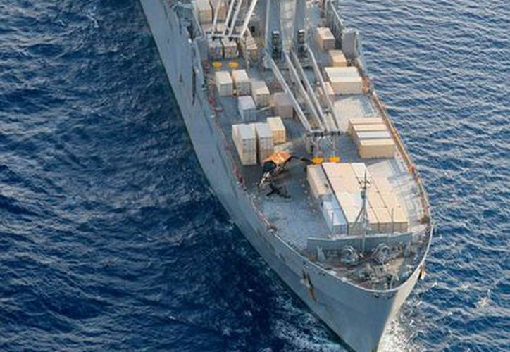 Un helicóptero militar de Estados Unidos -aparece en la imagen, cubierto con una manta amarilla- y cayó cerca de la isla de Okinawa, Japón, y causó heridas a siete personas. Se desconocen los detalles del accidente. (AP)