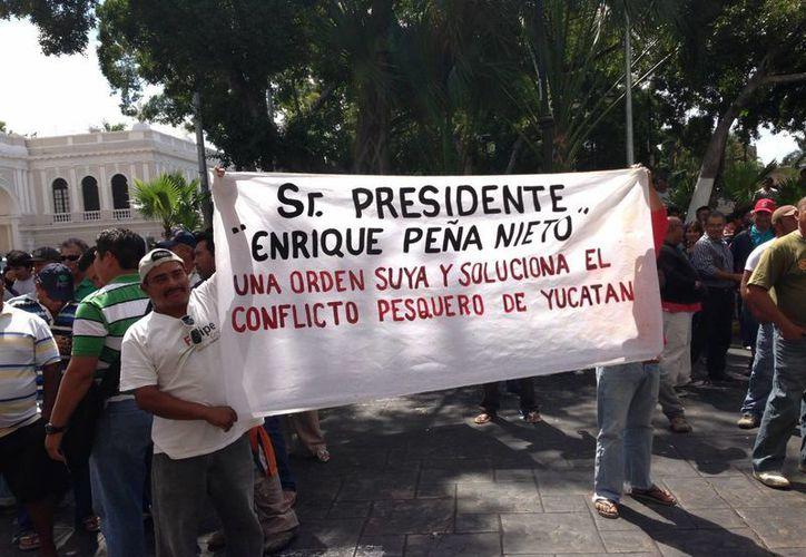 Hace algunos días pecadores se manifestaron en el centro de Mérida contra la veda. (Sipse.com)
