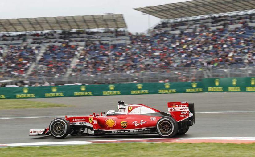 El alemán Sebastian Vettel, de Ferrari, tuvo el mejor tiempo este viernes por la tarde durante las segundas prácticas del Gran Premio de México de la Fórmula Uno que se celebrará este domingo en el Autódromo Hermanos Rodríguez, en la capital mexicana. (EFE)