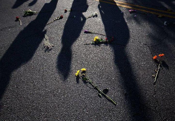 Un desconocido disparó contra asistentes a una fiesta de barrio, en Detroit, e hirió a 10 personas, una de las cuales murió. La imagen no es del hecho, sino del funeral de víctimas del tirador de Charleston, Carolina de Norte, y está utilizada como contexto. (AP)
