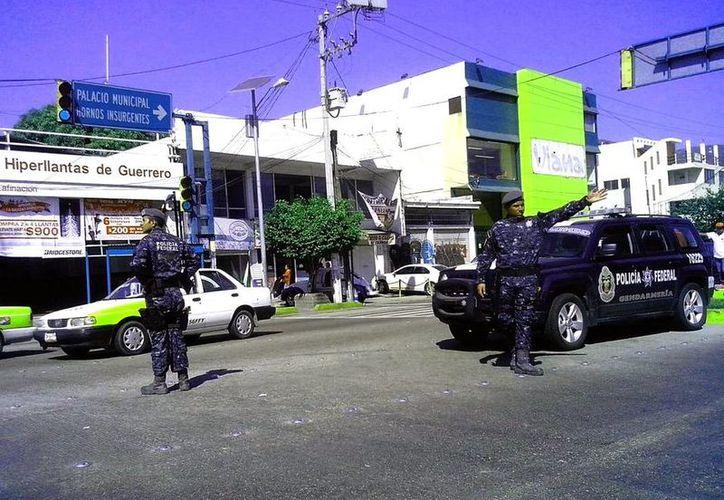 Desde diciembre, cerca de mil 100 elementos de la Gendarmería fueron desplegados en Acapulco con dos objetivos: recuperar la seguridad y garantizar el turismo en vacaciones. (Twitter/@alexabreo22)
