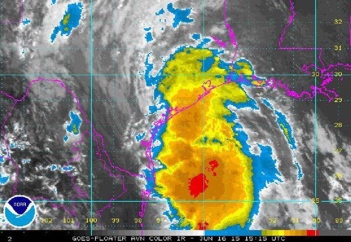 La tormenta tropical 'Bill' se desplaza al noroeste a 20 km/h, con vientos máximos sostenidos de 85 km/h y rachas de hasta 100 km/h. (ssd.noaa.gov)