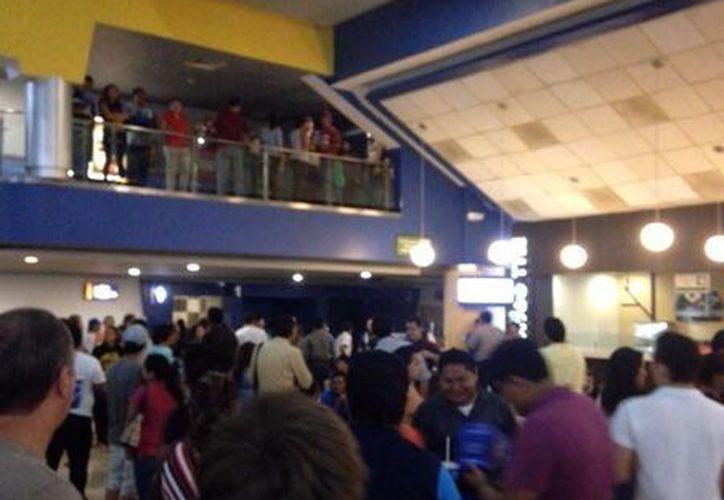 Todas las salas de cine fueron evacuadas, para la seguridad de las personas que se encontraban en el lugar. (Redacción/SIPSE)