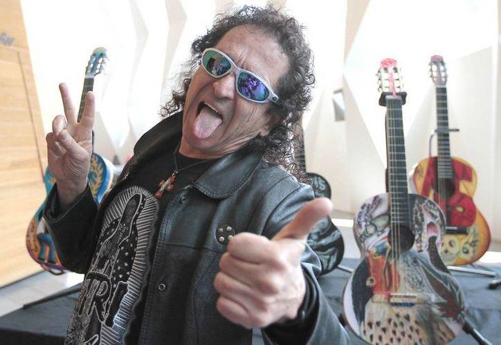 Alex Lora puntualizó que aunque toque con otras agrupaciones o exponentes de otros géneros como la cumbia, el pop, jazz, música de cámara o grupera, él es 100 % rockero. (Notimex)