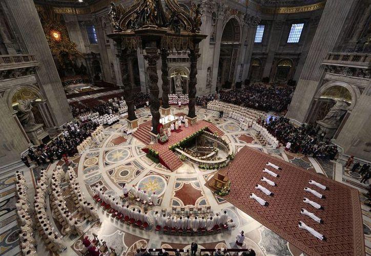 De los 10 nuevos sacerdotes ordenados seis son italianos, dos indios, uno croata y uno argentino. (Agencias)