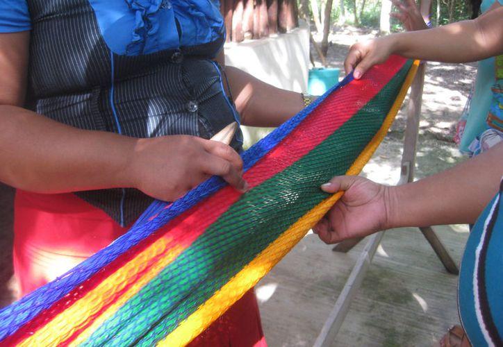 Mujeres de comunidades rurales de Bacalar toman cursos de oficios al terminar sus clases de alfabetización. (Javier Ortiz/SIPSE)