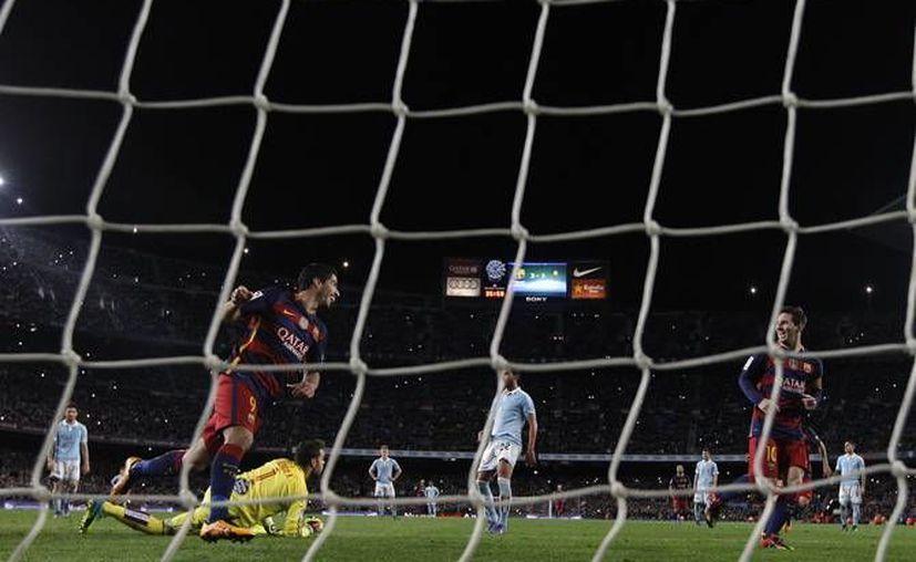 El penal que Lionel Messi 'falló', este domingo ante el Celta de Vigo, para cederle la jugada a Luis Suárez ha dado la vuelta al mundo por lo atípica que es. (Archivo AP)