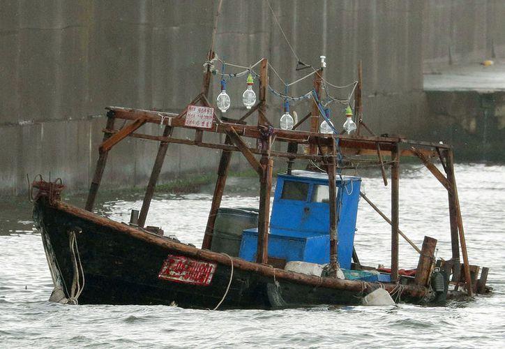El barco apareció en una playa cerca de Akita, donde el pasado jueves la encontraron un navío con ocho marineros norcoreanos. (Foto: AP)