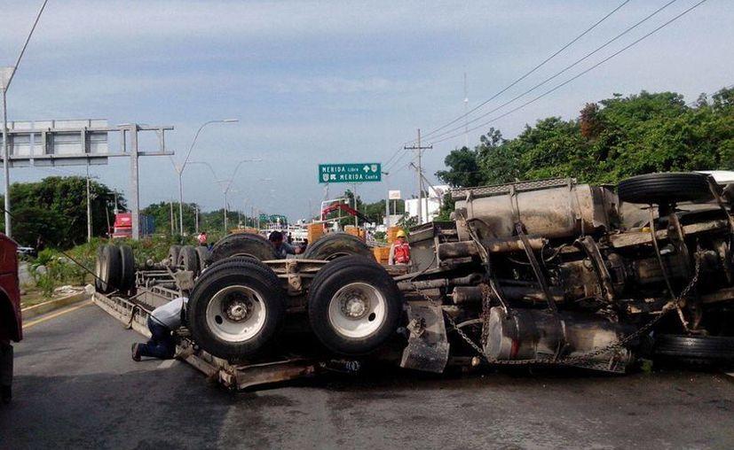 El tráiler circulaba sobre la carretera Mérida-Cancún. (Sergio Orozco/SIPSE)