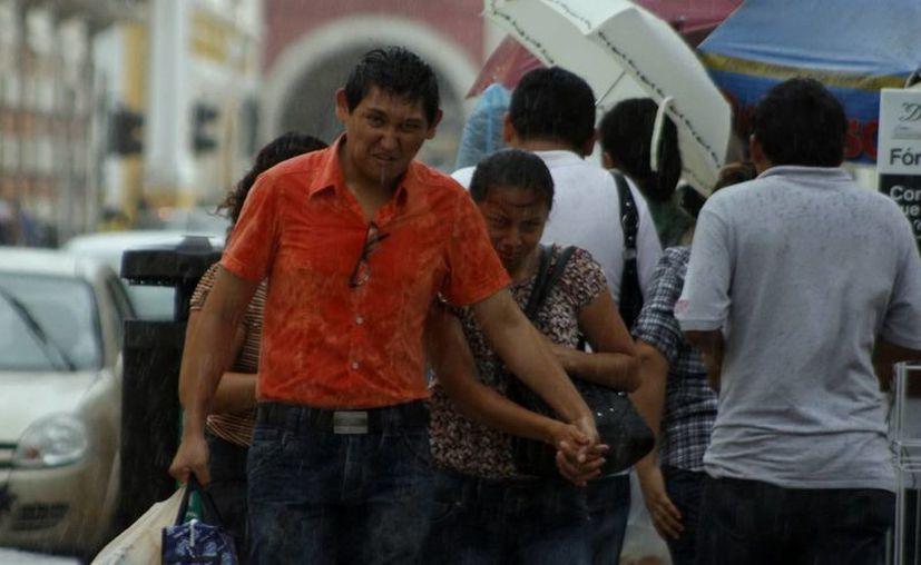 Después de la intensa lluvia del viernes, ayer la precipitación pluvial fue moderada a intensa en el estado. (SIPSE)