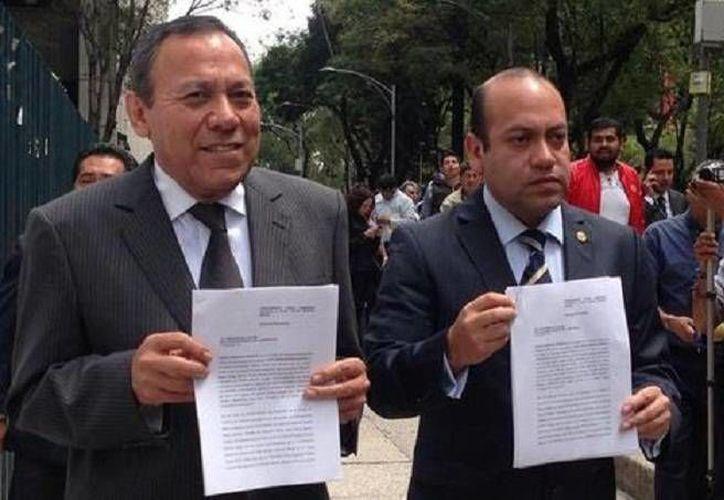 El presidente del PRD, Jesús Zambrano, y el diputado Julio César Moreno, al presentar una denuncia en contra de Rosario Robles en la PGR. (@DiputadosPRDmx)