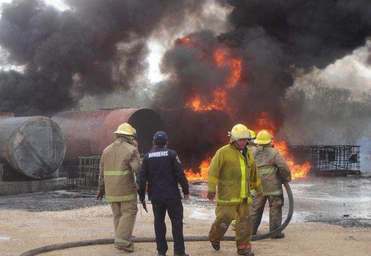 Uno de los incendios más recientes ocurrió este lunes en un depósito clandestino de combustibles en Umán. (SIPSE)