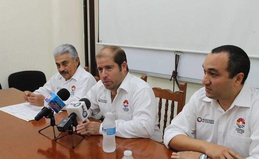 Las autoridades de Ayuntamiento durante una conferencia de prensa. (Redacción/SIPSE)