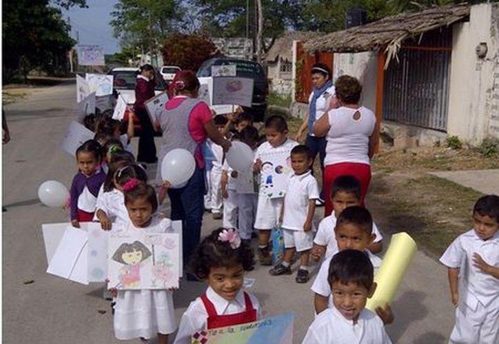Los pequeños portaban carteles alusivos a la no violencia. Dentro de sus actividades presenciaron una dramatización. (Manuel Salazar/SIPSE)
