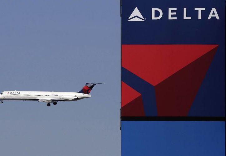 La mujer atacada es empleada de la aerolínea Delta. (AP/Mark Lennihan)