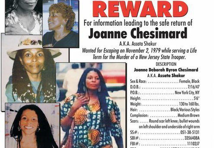 Combo de fotografías cedida por la Policía Estatal de Nueva Jersey, de Joanne Chesimard. (EFE)