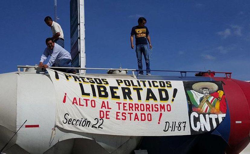 Los bloqueos de los integrantes de la CNTE han afectado las regiones del Istmo de Tehuantepec, la costa de Oaxaca y la capital. (twitter.com/NTelevisa_com)