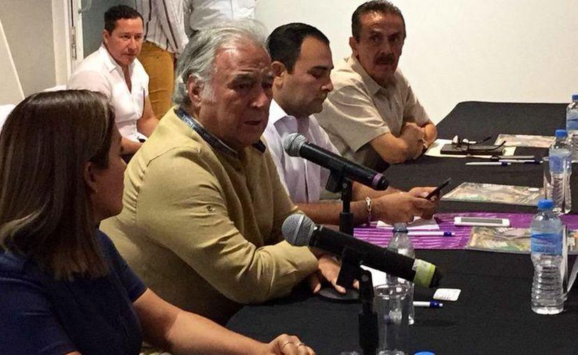 El titular de la Sectur, Miguel Torruco Marqués, se reunió con empresarios del sur del estado para tratar temas relacionados con la promoción. (Daniel Tejada/SIPSE)