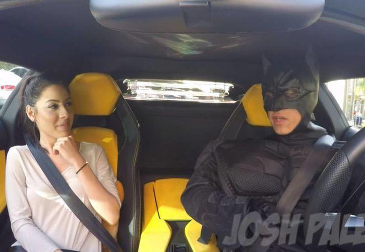Piden servicio de Uber y llega Batman en un Lamborghini (video)