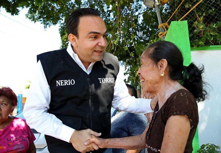 El precandidato único del PRI saludó a los vecinos y aseguró que trabajará para obtener a las condiciones que merecen. (Milenio Novedades)