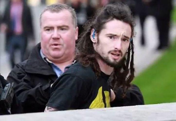 La detención de un joven que se le acercó 'peligrosamente' corriendo al  primer ministro inglés David Cameron.  La policía de Londres está muy preocupada por la posibilidad de un golpe terrorista de un atacante solitario. (YouTube)