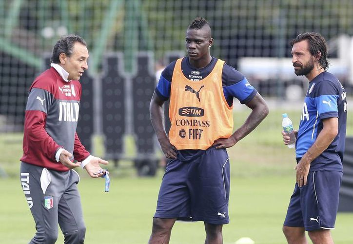Pirlo (d) durante una práctica de Italia junto con Balotelli y bajo las órdenes de Prandelli. (Foto: AP)