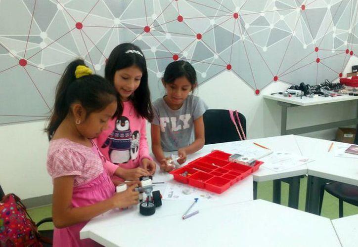 Las niñas aprenden de tecnología en los talleres que imparte la asociación Women Who Code Mérida. Imagen de uno de los cursos en donde las pequeñas aprenden robótica. (Milenio Novedades)