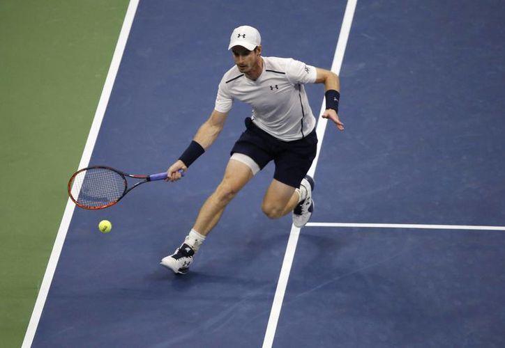 La ensordecedora lluvia no sacó de concentración al británico Andy Murray, que avanzó a la tercera ronda del US Open tras vencer a Marcel Granollers. (AP)