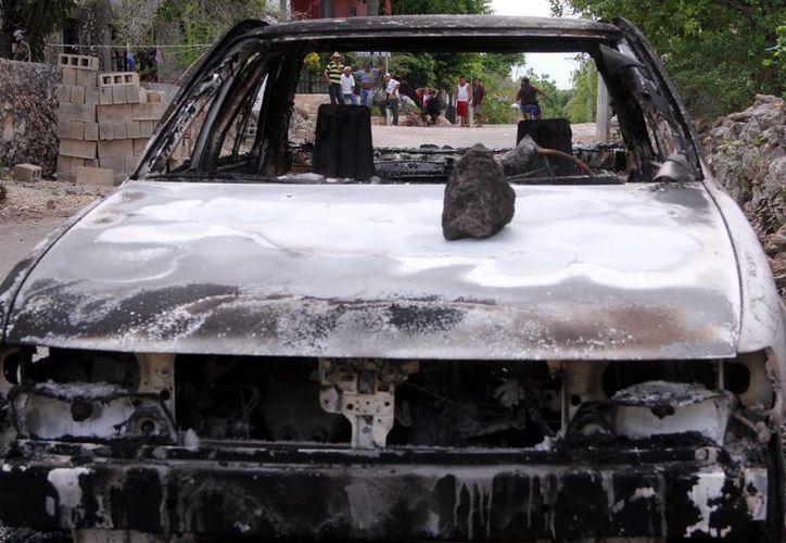 Inservible quedó el vehículo oficial incendiado frente al Consejo Municipal de Mama. (José Acosta/SIPSE)
