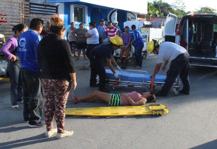 La joven fue atendida por paramédicos por las lesiones producidas al ser atropellada por su pareja. (Foto: Redacción/SIPSE)