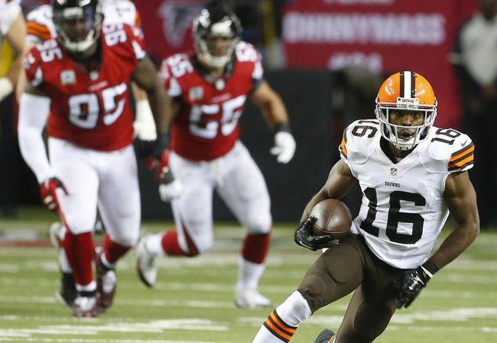 El wide receiver Andrew Hawkins (16), de los Browns de Cleveland, se dirige a la zona de anotación de los Falcons de Atlanta en la primera mitad del partido de NFL disputado este domingo, en Atlanta. Los Browns ganaron 26-24. (Foto AP/John Bazemore)