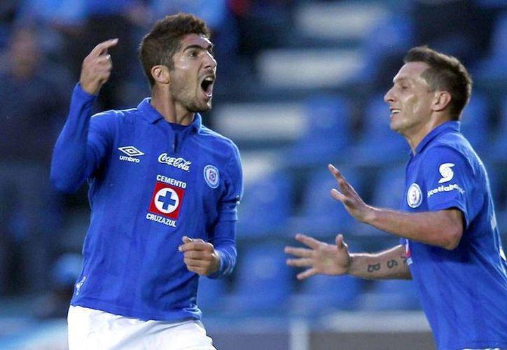 Jair Pereira (izq.) confía en que sus compañeros en el Cruz Azul Jesús Corona, Luis Perea y Joao Rojas no tengan problemas en adaptarse nuevamente al equipo tras su salida por llamado de Selección Nacional. (Archivo/NTX)