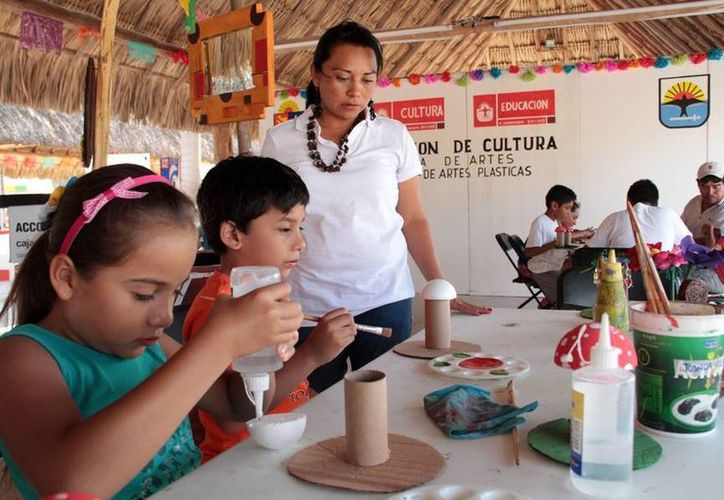 La dirección de Cultura enseña actividades a los niños y niñas en El Cedral. (Cortesía/SIPSE)