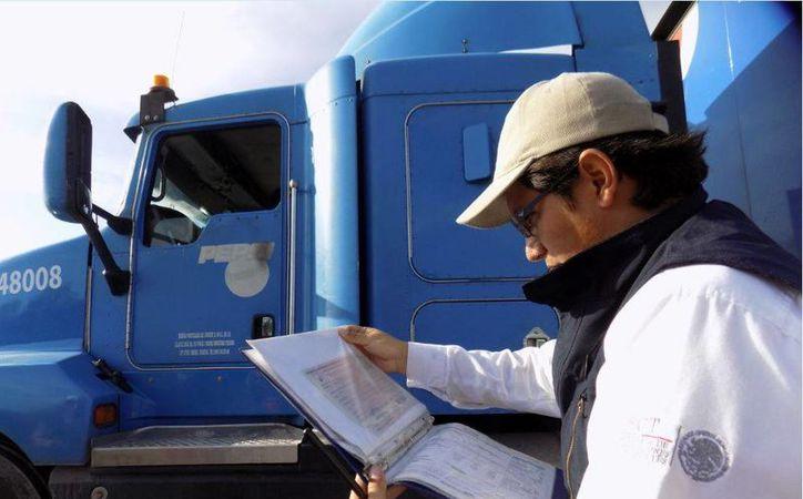 En el inicio del operativo de seguridad vial aplicado a  autotransportes de carga estuvieron presentes representantes de las siguientes cámaras: Canacar, Conatram y Amotac. (Foto cortesía del Gobierno estatal)