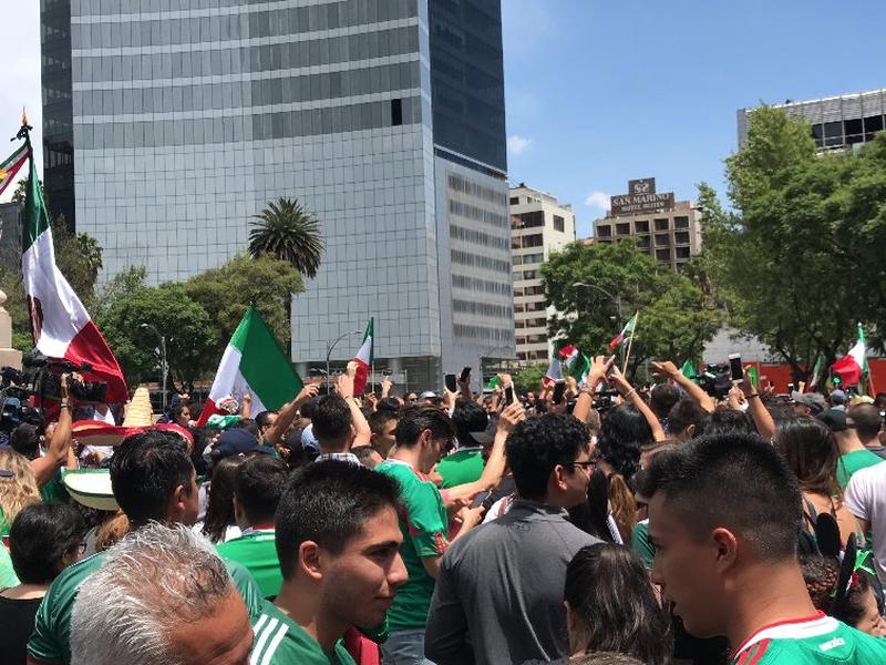 Miles de mexicanos se dieron cita en el monumento del Ángel de la Independencia para festejar el triunfo de la selección ante Alemania. (Foto: Twitter)