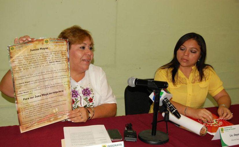 Elizabeth Gamboa Solís, titular del Indemaya, muestra la convocatoria. (Cortesía)