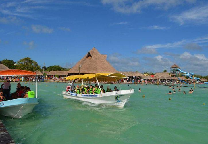Uno de los atractivos turísticos de Bacalar es la Laguna de los siete colores, sitio que le ha brindado ser reconocido como Pueblo Mágico.  (Redacción/SIPSE)