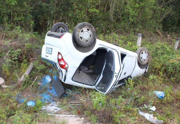 El auto terminó internándose varios metros entre la maleza y dando una serie de volteretas para finalmente quedar con las llantas para arriba. (Benjamín Pat/SIPSE)