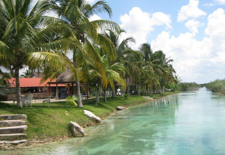 El Tren Maya podría provocar la saturación turística de la Laguna de los Siete Colores, de Bacalar. (Daniel Tejada/SIPSE)