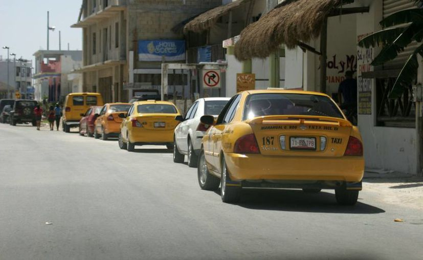 "Un promedio de 200 taxis del sindicato ""Joaquín Hendricks Díaz"" operan en el destino. (Juan Palma/SIPSE)"