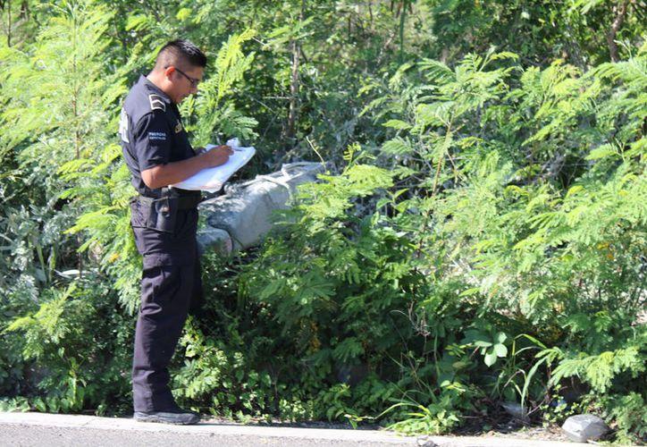 Un agente de la Policía Municipal de Baca revisa el lugar de la tragedia. (Foto: Milenio Novedades)