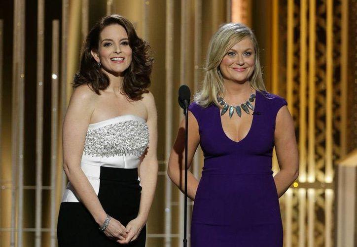 Tina Fey y Amy Poehler dieron inicio a la gala por los Globos de Oro. (AP)