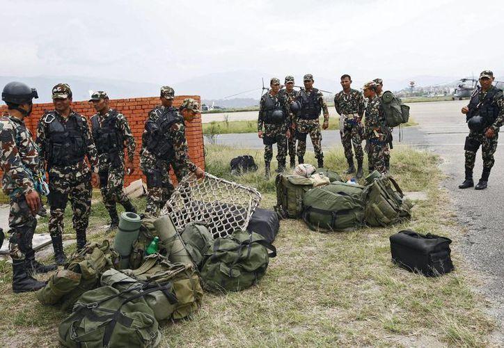 Miembros del Ejército nepalí se preparan para acceder al sitio donde fueron localizados los restos del helicóptero estadounidense desaparecido. (EFE)