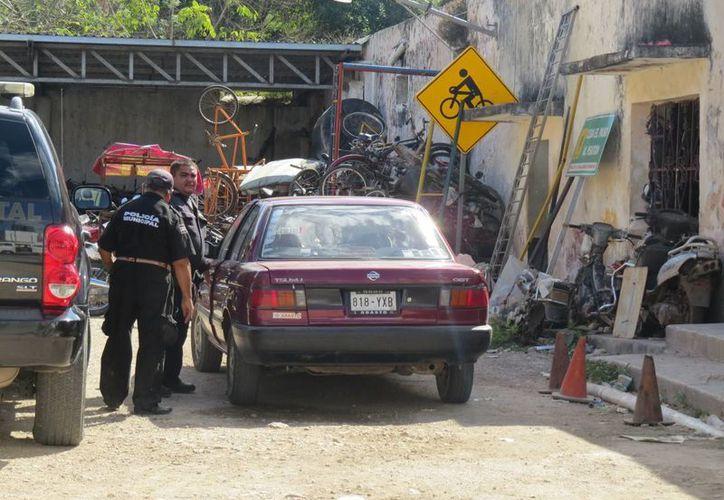Imagen del lugar donde se encontró el vehículo que usaron los supuestos ladrones en el atraco. (Milenio Novedades)