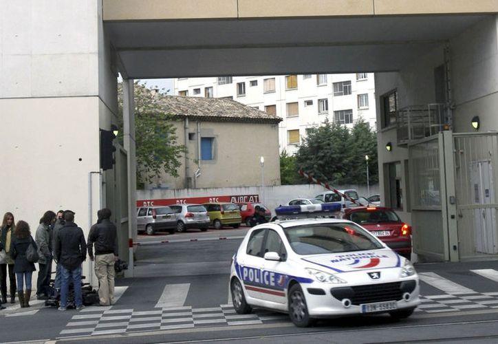 La policía francesa revisa exhaustivamente la documentación encontrada en el lugar. (EFE)